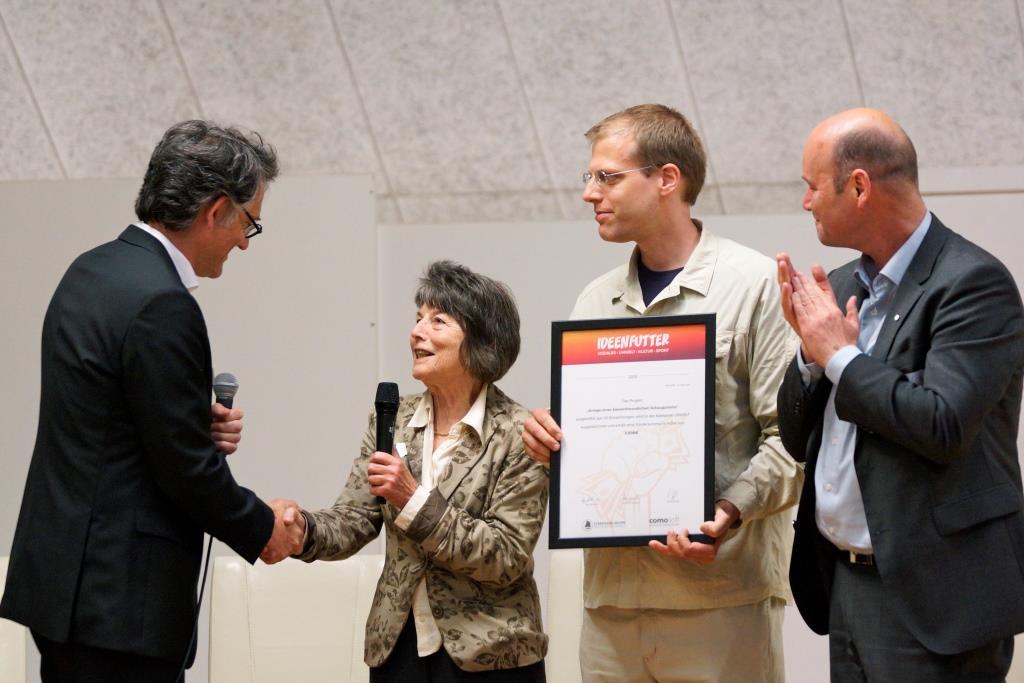Die Preisverleihung an die AG Imkereimuseum in Meldorf  - Bild: Gunnar Zink