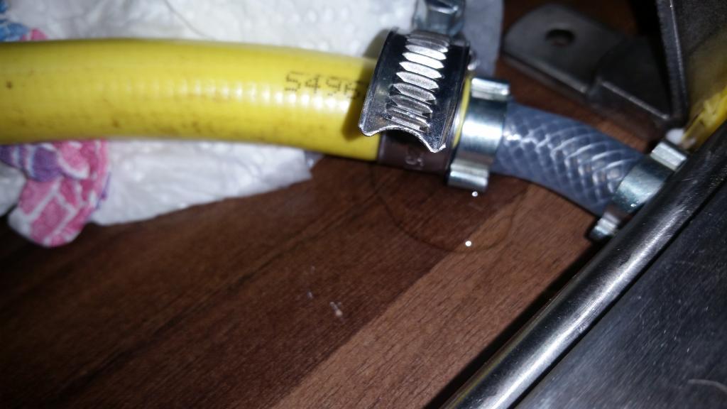 Auch ein neuer Schlauch mit den geforderten 12 mm Innendurchmesser leckte selbst mit neuer Schelle - trotz minimal möglichem Wasserdruck.