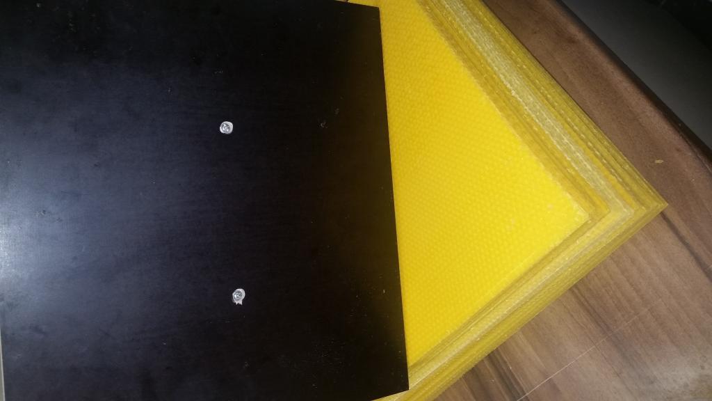 Die Schraubenköpfe auf der glatten Seite sind eingesenkt um die Mittelwände nicht zu beschädigen.