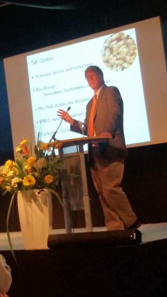 Dr. Jeff Pettis vom Institut für Bienengesundheit schlug mit seinem Vortrag in die gleiche Kerbe,