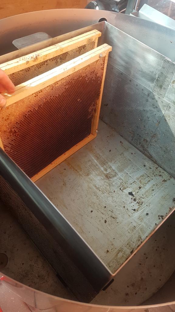Das beste Schmelzergebnis liefern weitgehend von Futter und Pollen geleerte Waben - wie sie z.B. nach einer totalen Brutentnahme eh anfallen.