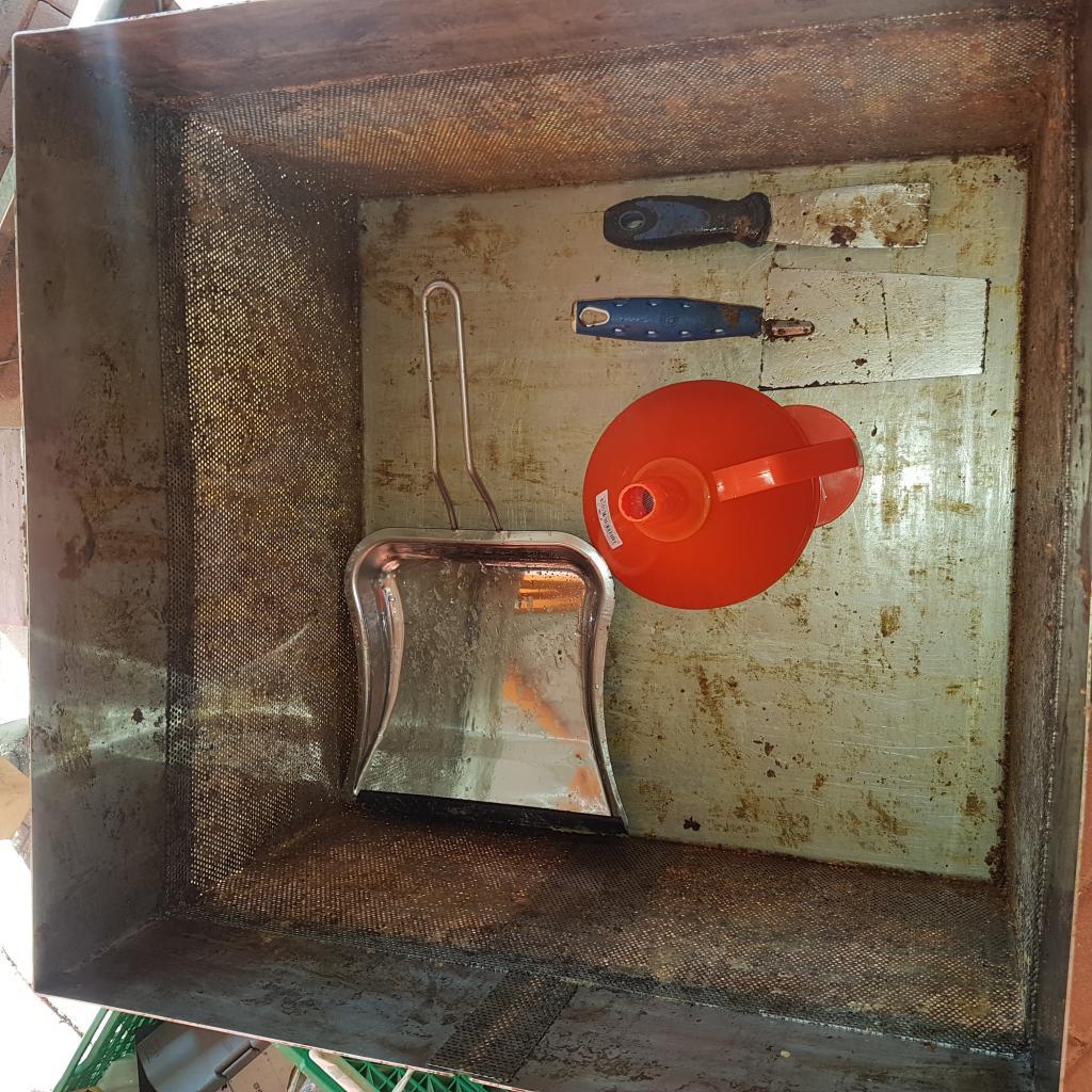 Eine Edelstahl-Müllschaufel hat sich noch besser als die Mauerkelle zum Leeren des Korbes bewährt. Ein Trichter mit Siebeinsatz schützt den Dampferzeuger beim Befüllen.