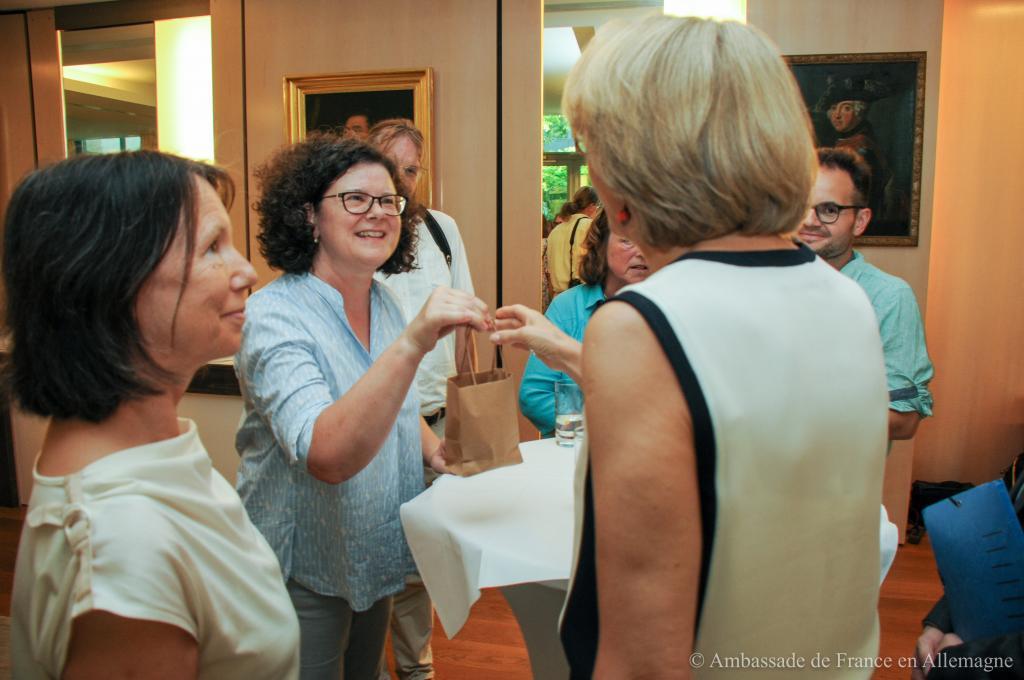 Ein Honig-Präsent an die Botschafterin, überreicht von Annette Magold-Zatti