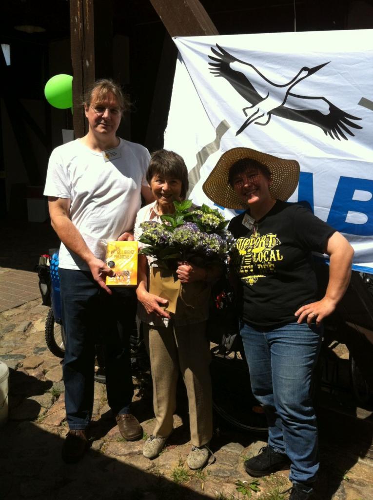 Andreas Gottschalk und Melanie von Orlow bedanken sich bei Gisela Winkler (mitte) für ihr Engagement!<br />Bild: Annette Mangold