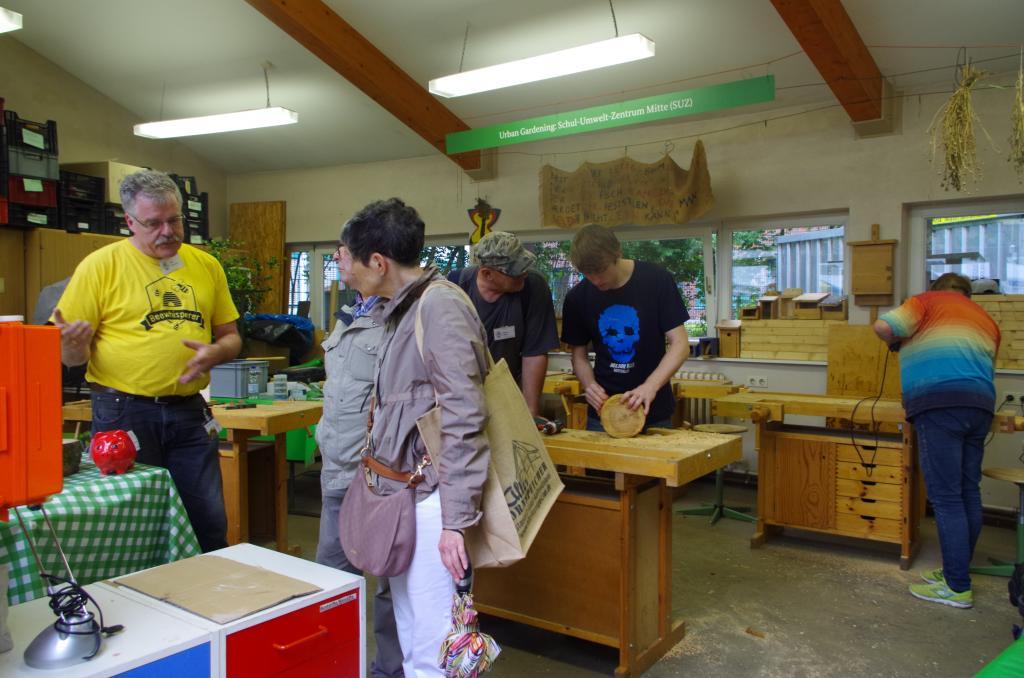 Thilo erläutert die Wildbienenhotels in der Werkstatt