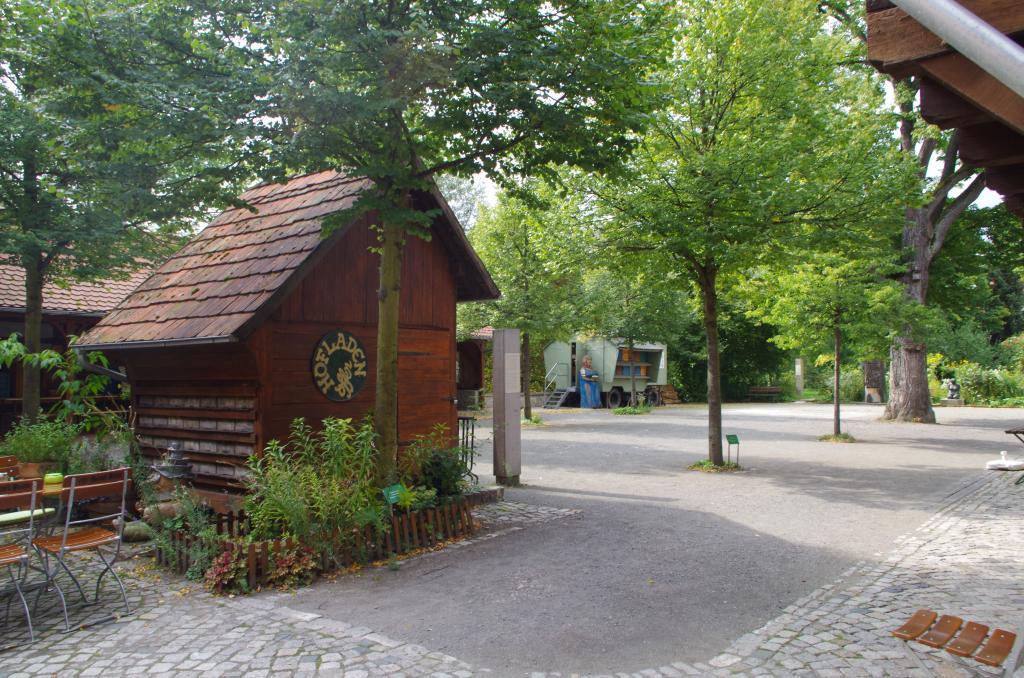 Der Hof mit von Imkerverbänden gespendeten Bäumen