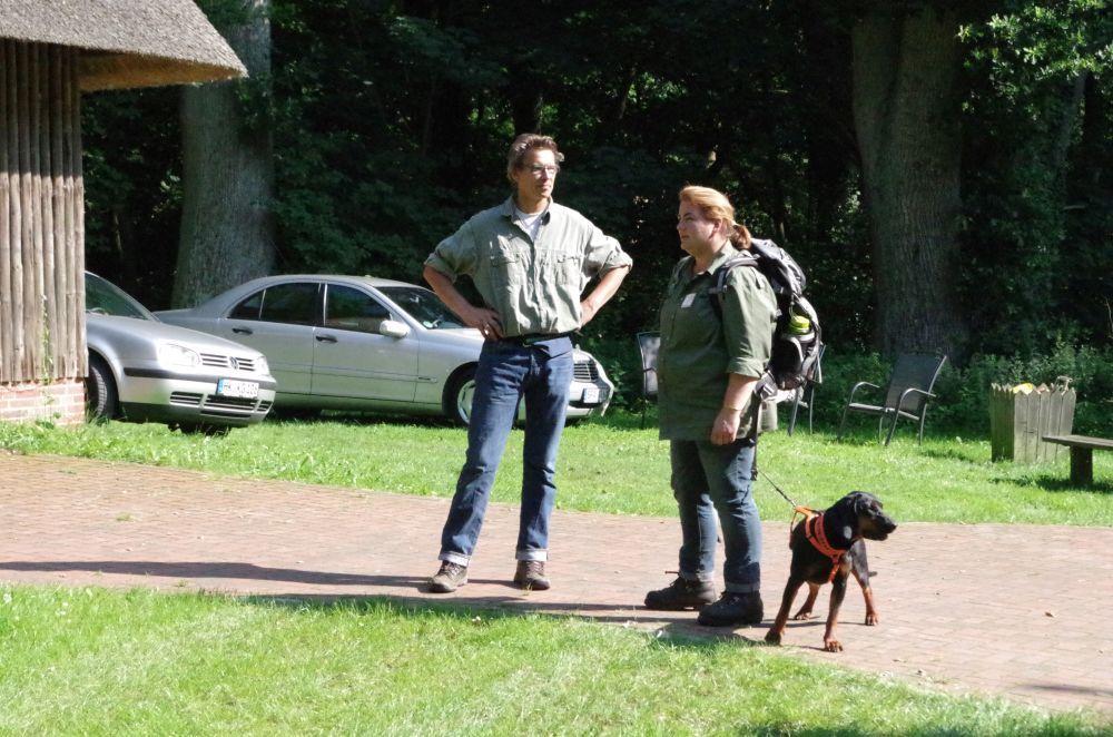 """Unsere """"Reiseleiterin"""" Pat und Sven Duncker, einer der letzten Korbimker in der Heide."""