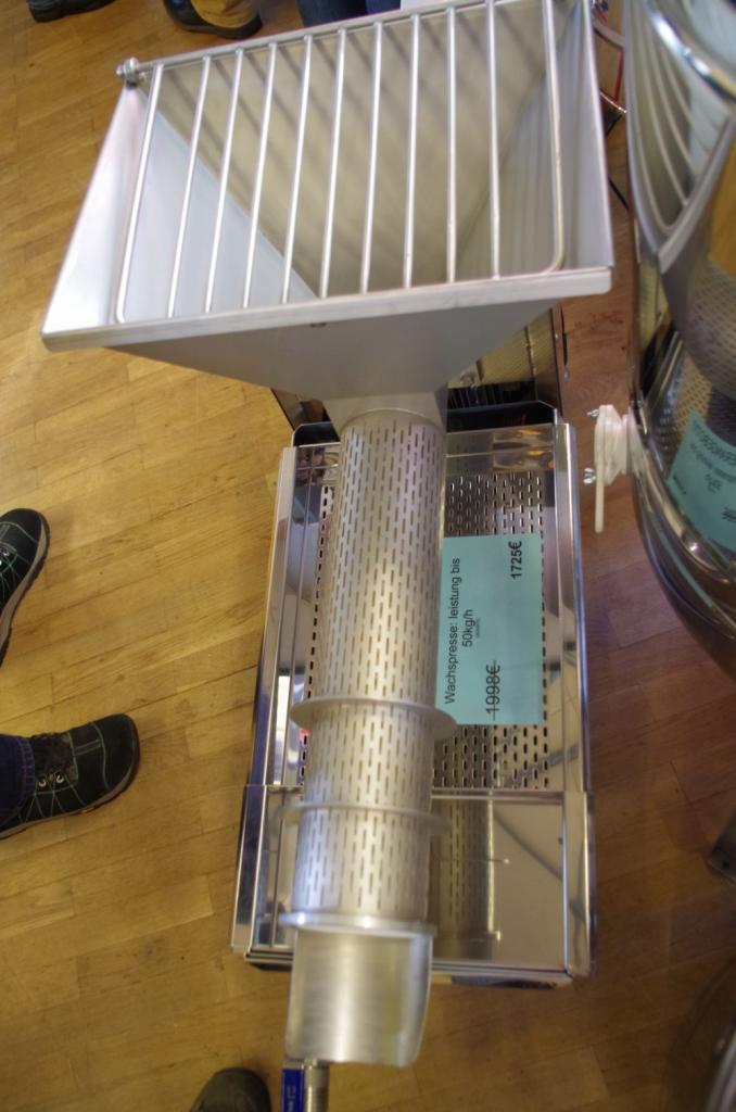 Ebenfalls von Lyson ist diese Schneckenpresse um aus Entdeckelungswachs Honig auszupressen und als trockene Masse auszustossen.