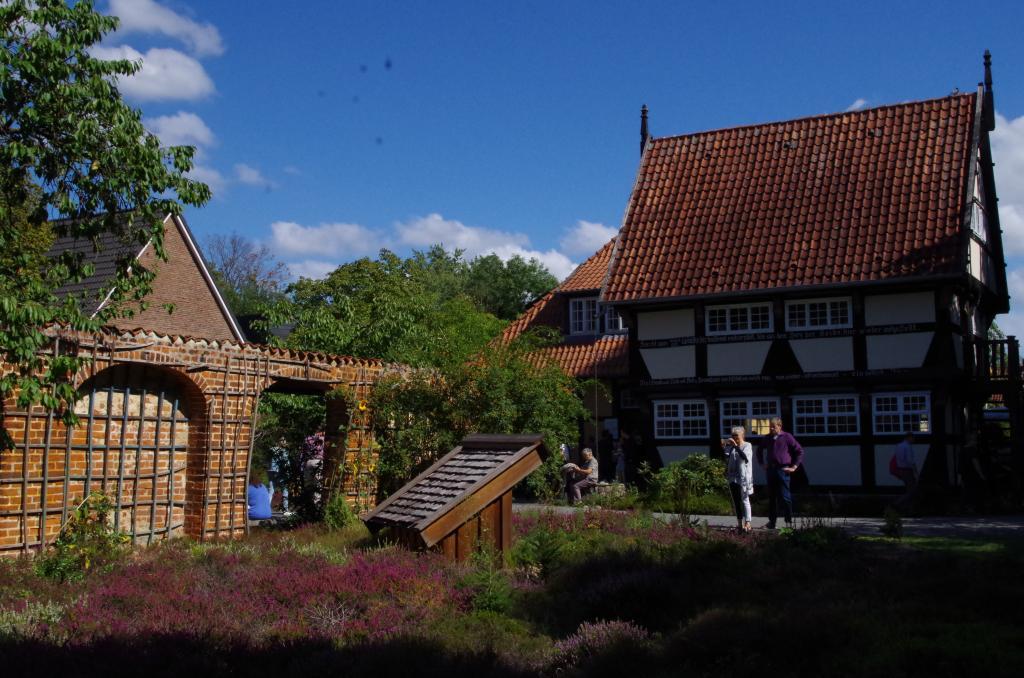 """Das Bieneninstitut in Celle lud am Tag darauf zum """"Tag der offenen Tür""""!"""
