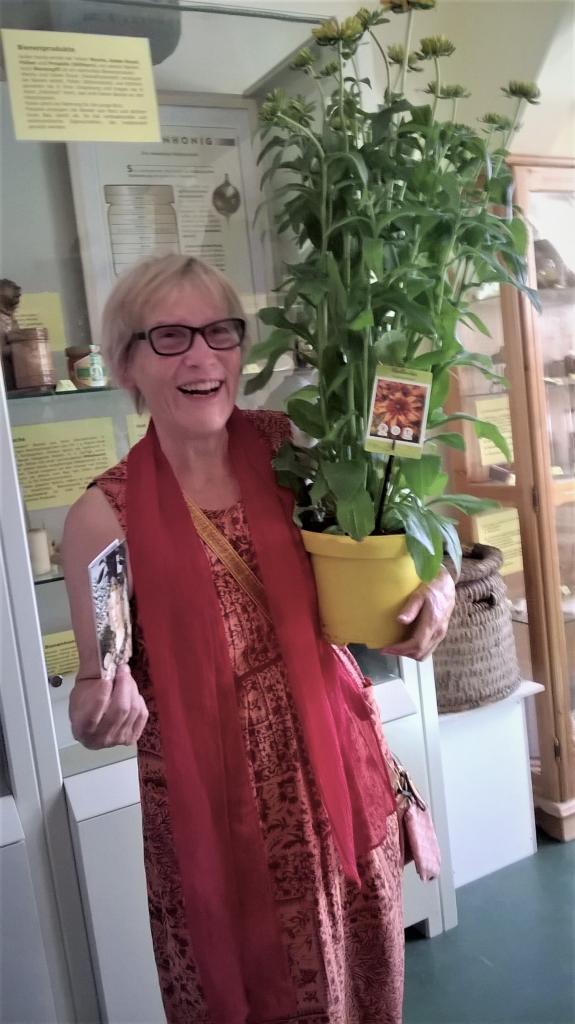 Jutta Grund, eine ehemalige Lehrerin an dieser Schule, hatte die Verbindung zu der Schule hergestellt - die AG Imkereimuseum bedankte sich mit einem Blumenpräsent!