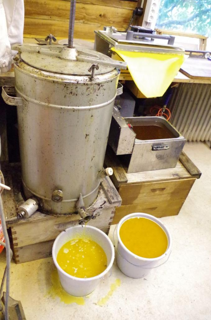 <strong>Ein elektrischer Wachsschmelzer mit Tresterpresse und die Mittelwandpresse mit einer Bain-Marie.</strong><br />