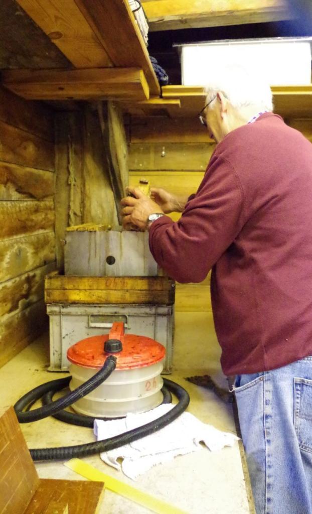 <strong>Die Altwaben werden in den Edelstahlkasten gegeben. Dieser steht auf einem Lochgitter durch den das Wachs in die Kiste darunter tropfen kann.</strong>
