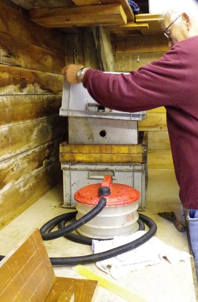 <strong>Aufsetzen des Außendeckels; einer 2. Kunststoffkiste wie die untere.</strong>